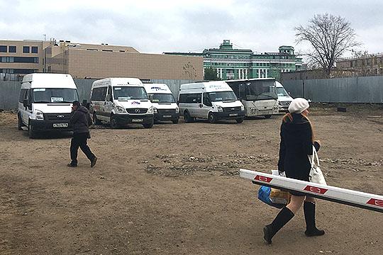Обширная частная парковка, за зданием, где зарегестрирована компания «Елизар-Ар», не раз становилась камнем преткновения в отношениях предпринимателя с местными представителями ОПГ «Цумовские»