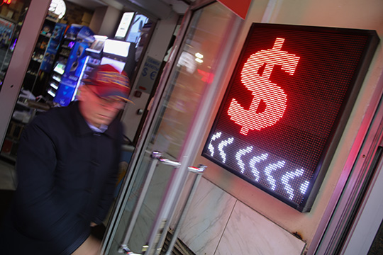 Доллар дешевеет нафорексе четвертую неделю подряд изавершает июль худшим падением почти за10лет. Индекс доллара сначала месяца потерял 4% и обновил минимум сиюня 2018-го— 93,4 пункта