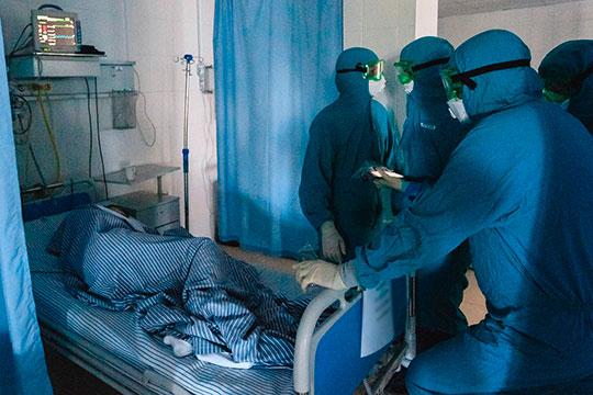 Рядом женщина 39 лет, кстати, медсестра ковид-госпиталя. «Не хочу, чтобы меня снимали. Очень тяжело…», — еле переводя дыхание говорила она, не открывая глаз