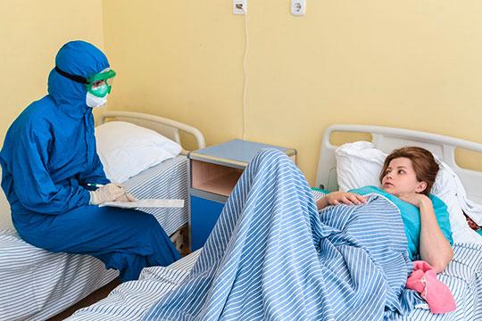 В обычных палатах светло, да и у людей, не в пример тем, кто в реанимации, очень позитивный настрой. Заходим к беременным — улыбаются. «За ребенка очень страшно», — рассказывает Айгуль Шакирова