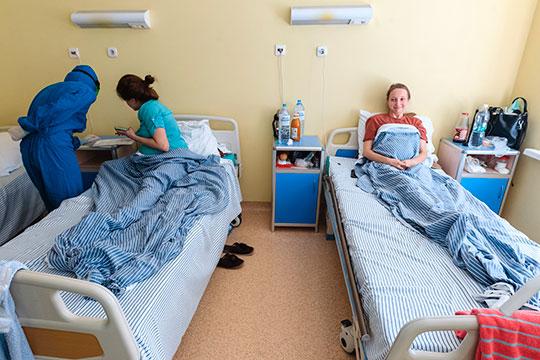 У ее соседки по палате Александры Анненковой (справа) были похожие симптомы — кашель, высокая температура, 38 градусов, она не чувствовала запахов и вкусов
