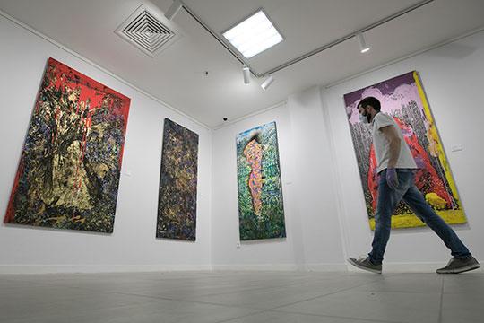 В галерее современного искусства «БИЗON» проходит выставка, пожалуй, самого экстравагантного казанского художника Альберта Закирова «Уроборос»