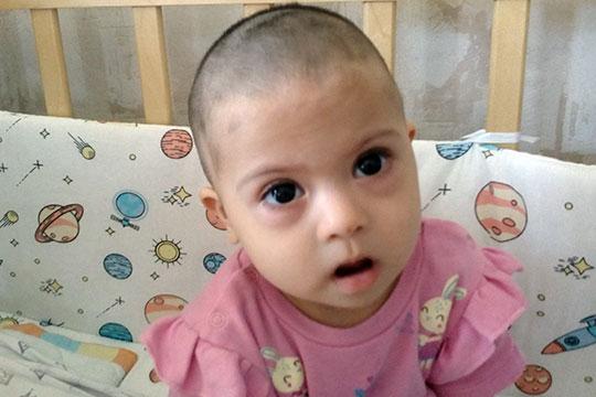 Несмотря на свою болезнь, Айша очень позитивный и улыбчивый ребенок. Она уверенно держит голову, переворачивается, сидит с опорой на спину и даже сама держит игрушки