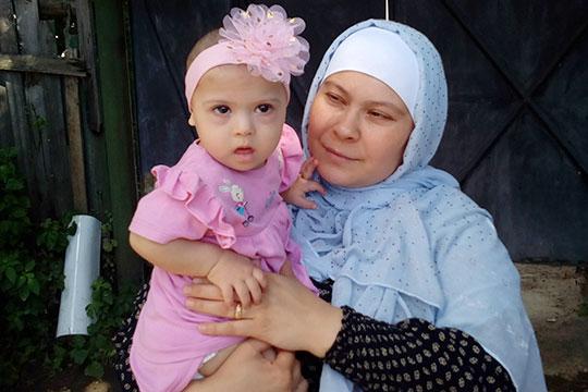 Мама годовалой Айши Ходжиевой из Казани — Нигина Курбонова, не так давно приехала в столицу Татарстана из Читы
