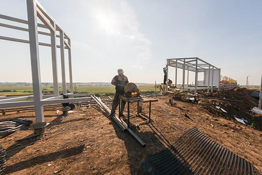 Сегодня натерритории продолжаются строительные работы: устанавливают трибуны, вместимостью 5тыс зрителей, проходит завершающий этап работ вадминистративных зданиях инатерритории комплекса