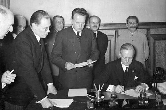 «В1939 году Молотов едет вБерлин итам был подписан «Договор одружбе игранице». Это настоящее название той бумаге, которая была подписана Молотовым вБерлине, авСМИ это было выдано как «Пакт оненападении»»