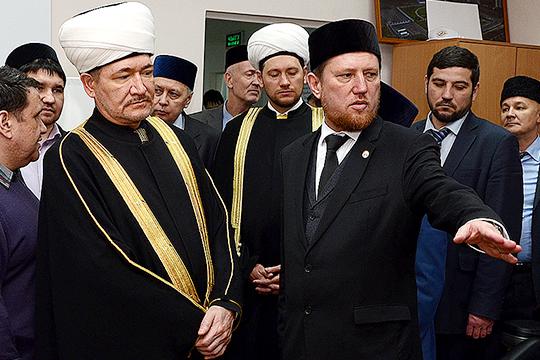 Илдар Баязитов (7) одним из первых в республике понял важность развития социального ислама, помощи тем, кто в этом нуждается, что обеспечило ему высокую репутацию в умме (на фото с Равилем Гайнутдином (слева)