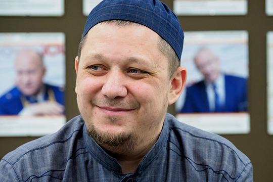 Расул Тавдиряков(21)знаком мусульманам повсей стране. Унего есть свой YouTube-канал, где наш герой рассказывает оповседневной жизни единоверцев инетолько