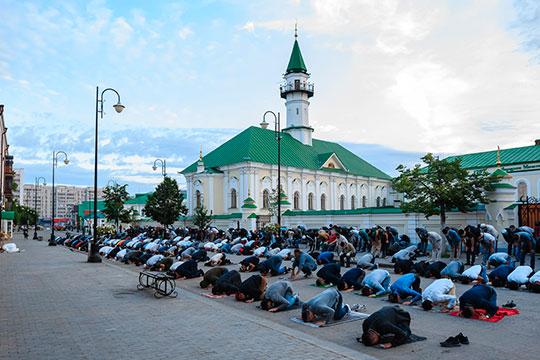 Ближайшей площадкой для забоя животных была территория близ мечети «Аль-Марджани». Кстати, в самом древнем мусульманском храме Казани гает-намаз прошел в формате open air