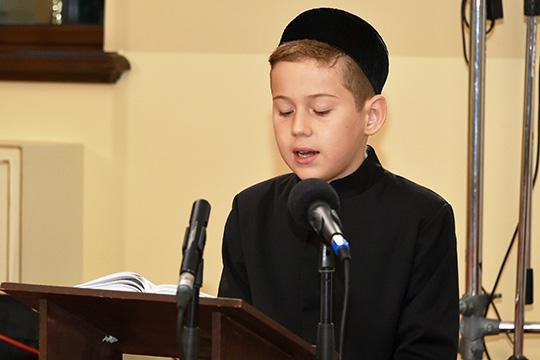 Полчетвертого утра началась рецитация Корана, которую доверили 12-летнему Ахмаду Шахмамедову, правнуку известной проповедницы, матери экс-муфтия Татарстана Гусмана Исхакова Рашиды абыстай