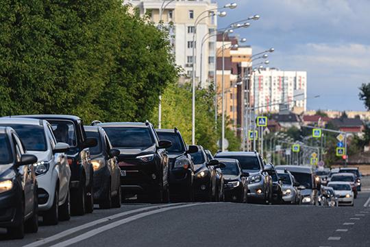 В 2019 году в Казани на тысячу жителей приходилось 355,5 машин — и 8-балльные пробки в часы-пик снова вошли в быт горожан. Но к 2024 году прогнозируется рост автомобилизации — до 400 авто на тысячу жителей