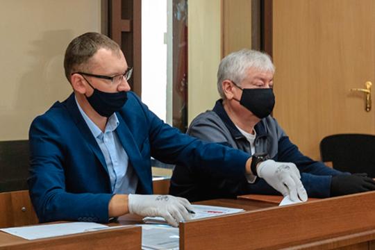 Как сообщил адвокат Мусина Алексей Клюкин (слева), ходатайствовать о допросе свидетелей защиты они не намерены. А значит уже в среду суд приступит к изучению письменных материалов дела