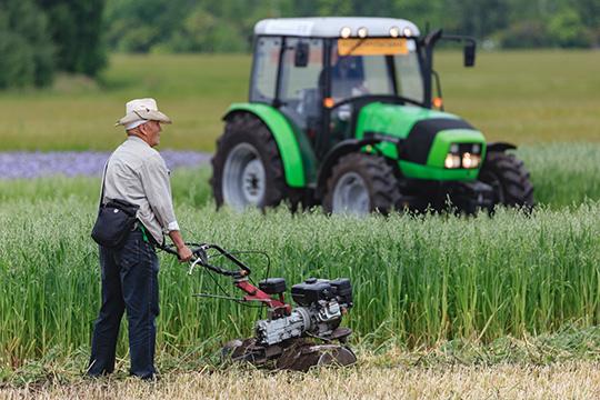 Ответил Лукашенко инаупреки запристальное внимание кселу, заверив, что будет продолжать поддерживать крестьян, труд которых всегда будет востребован, тем более что «голод грозит миллиарду землян»