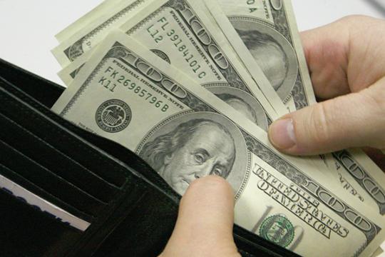 «Прогнозы о крахе доллара — смехотворный бред. Следует помнить, что Соединенные Штаты в отличие от России печатают резервную валюту, и долги у них тоже преимущественно в долларах»