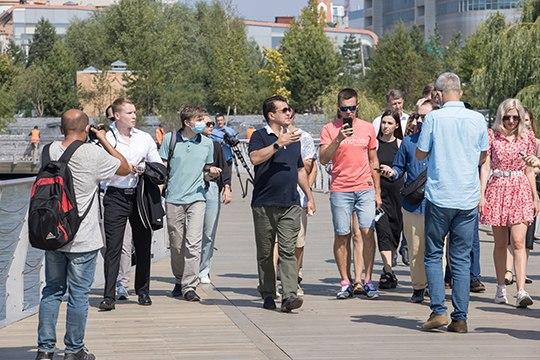 Встречус блогерами,велоактивистами иСМИградоначальник сопроводил пешей экскурсией поеще строящейся изакрытой для казанцев набережной озера Кабан от«Планеты фитнес» доул.Назарбаева