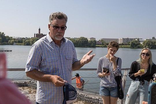 «Моя цель— выпить стакан воды»,— поделился директор ландшафтного предприятия «Парк-Сервис»Сергей Мурзов, когда рассказывал осоздании каскада фитоочистных сооружений. Присоединиться кМурзову пообещал имэр города