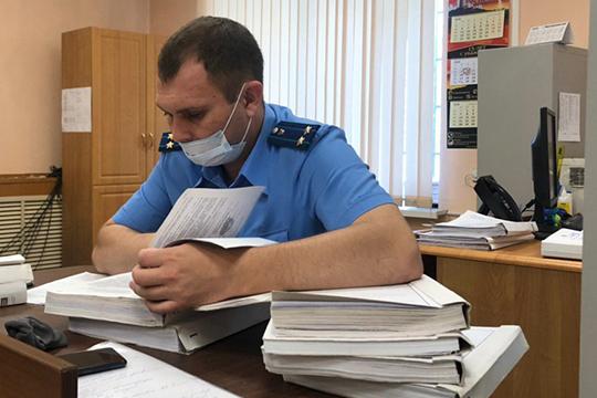За один час в суде прокурор Руслан Губаев успел пробежаться по 20 томам дела, раскрыв интересные подробности, которые до этого момента оставались за стеной тайны следствия