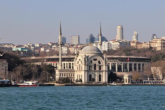 В Стамбуле есть разные истории. Здесь вы можете самостоятельно купить дешевый отель «две звезды» или даже хостел, с которыми не работают туроператоры, и прекрасно отдохнуть