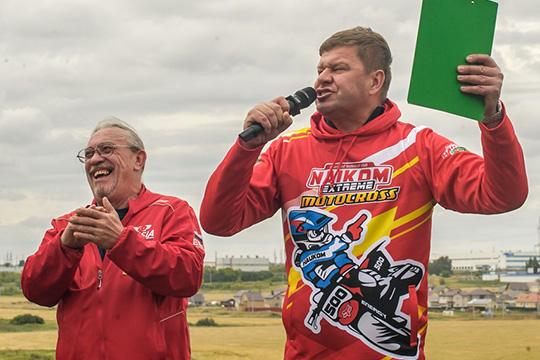 Дмитрий Губерниев (справа)приехал вгород специально, чтобы прокомментировать гонки втандеме сизвестным гоночным комментаторомВладимиром Виталиным (слева)