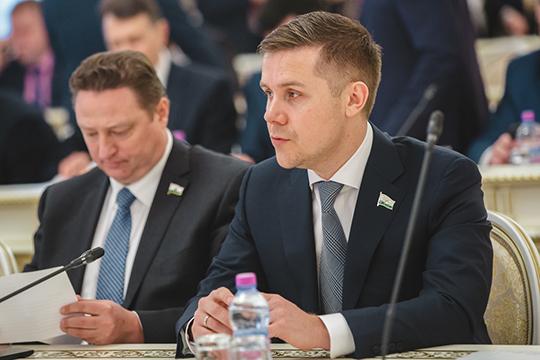 Внушительный список из24 человек представила партия «Справедливая Россия». Первое место внем занял действующий депутат КГДРустамРамазанов (справа)