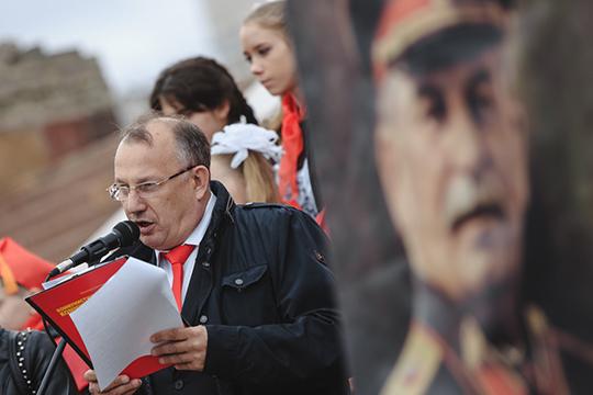 Список из девяти партийцев представили «Коммунисты России» во главе с лидером татарстанской ячейки Альфредом Валиевым, директором рынка «Уныш»