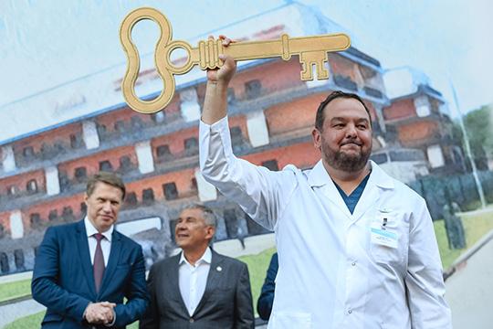 После всех речей почти что метровый символический золотой ключ метра вручили главврачу Марату Гатауллину