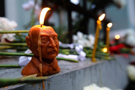 У посольства Беларуси в Москве люди хотели возложить красно-белые букеты цветов к посольству, но им это запретили. Тогда они начали складывать их к ограде расположенного напротив храма. Там же они зажгли свечи в форме бюста Лукашенко