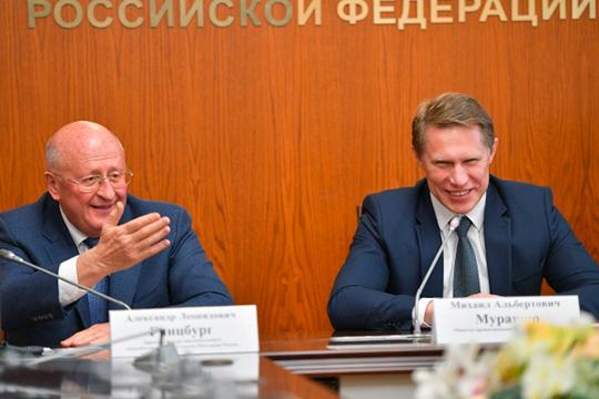Министр здравоохранения РФ Михаил Мурашко (справа) и директор Центра им. Гамалеи Александр Гинцбург (слева)