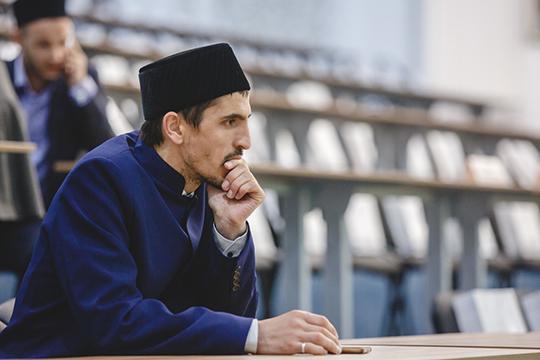 «В прошлом году Болгарская академия выпустила первых докторов исламских наук, защитились шесть человек. В этом году уже защитились 23 магистра и осенью защищаются 9 докторов исламских наук»