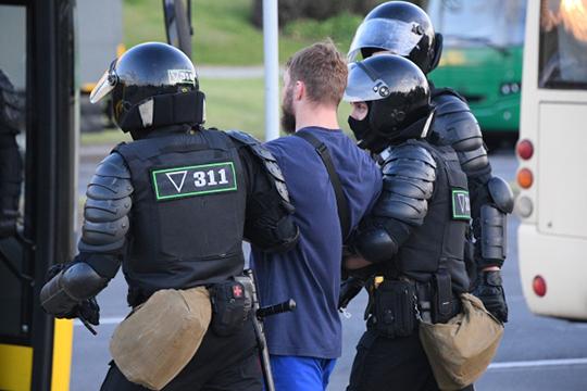Только вчера за участие в несанкционированных массовых мероприятиях были задержаны около 700 человек, сообщает МВД Белоруссии