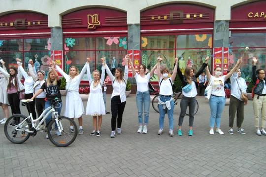 Еще одно явление — «цепи солидарности». Девушки, одетые в белое, с цветами в руках выстраиваются вдоль и поперек дорог в Минске, Бресте и в других городах
