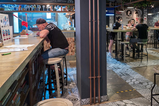 Отдельно стоит вопрос обарах.Как регулировать число клиентов, неспешно пропускающих коктейли забарными стойками?.