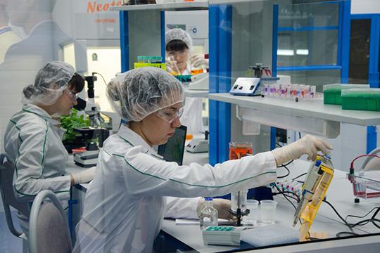 Используется высокотехнологический метод— полногеномное секвенирование, которое позволяет прочесть всю молекулу ДНК, аэто примерно 3,1млрд нуклеотидов— так называемых генетических букв