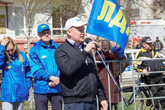 Лидер татарстанского ЛДПР Владимир Сурчилов (у микрофона) в 2019 году получил только 250 тысяч, у него есть квартира 92,2 кв.м и легковой автомобиль Toyota RAV 4