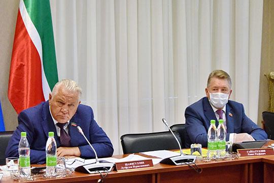 Ринат Гайзатуллин (справа) отметил, что после принятия законопроекта в первом чтении документ был направлен в муниципалитеты для внесения предложений и замечаний