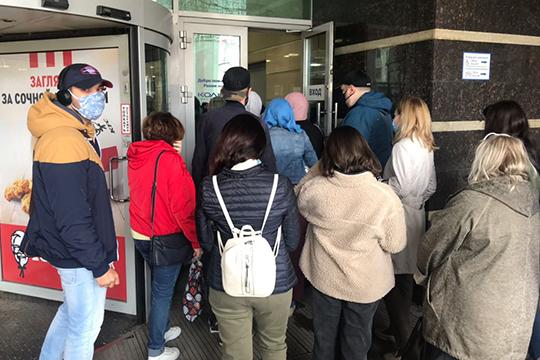 За пять минут до открытия около ТЦ «Кольцо» сегодня собралась очередь из 40–50 человек. Но все они разбрелись по торговым секциям и фудкортам