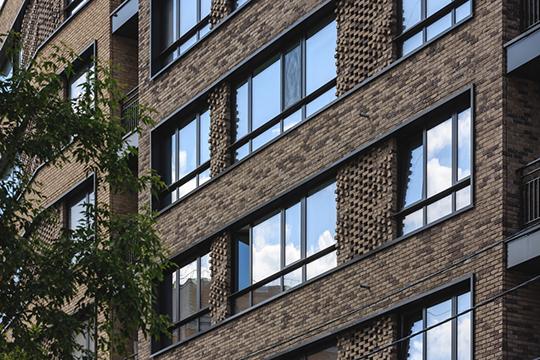 В прошлом году в Казани построено не так уж много зданий с некерамогранитными фасадами. Великолепно смотрится фактура кирпичной кладки в престижном ЖК «Архитектор»