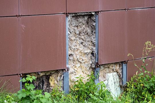 Бич керамогранита— вандализм, так что облицовывать плиткой нижний, околоземной этаж точно нестоит