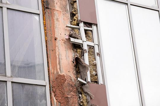 Пример проблем с керамогранитным фасадом в Казани — знаменитый долгострой «Свея» на Достоевского, 57. Керамогранитная плитка отвалилась местами, и покрыта микротрещинами и долго уже не прослужит