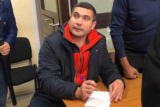 По версии обвинения, Эрик Ахметов собирал «лишние» премии как лично, так и через начальников отделов. Прокурор отметила, что никто не подозревал о преступных намерениях Ахметова