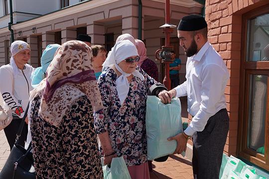 Вчем еще преуспели мусульмане Татарстана, так это вблаготворительности. Нимесяц Рамазан, ниКурбан-байрам унас непроходит без благотворительных марафонов