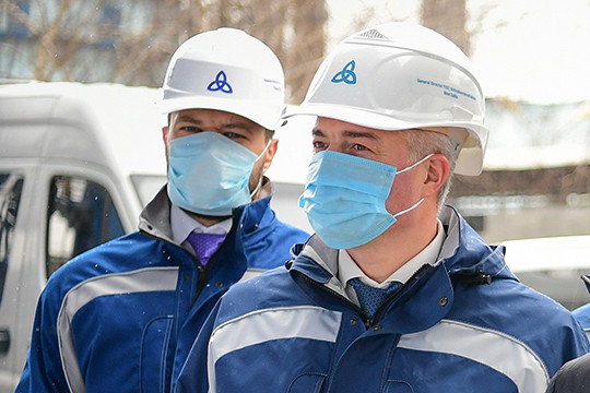 Для НКНХ в июле ожидалось сокращение рабочей недели, о чем объявлял гендиректор предприятия Айрат Сафин (справа), впоследствии от такого варианта отказались