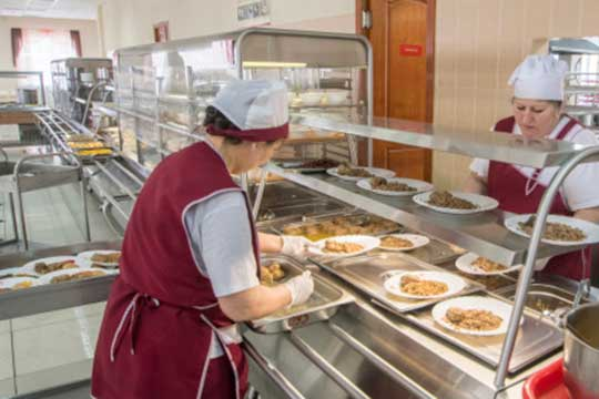 Новые правила вводятся для работников столовых, вчисле которых обязательное ношение перчаток имасок