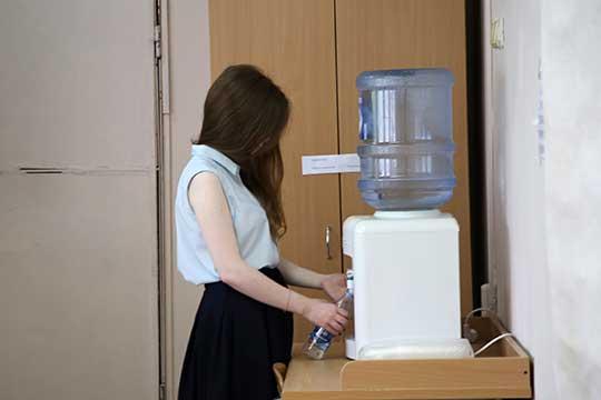 Будет усилен контроль за организацией питьевого режима в школе, обратив особое внимание на обеспеченность одноразовой посудой и проведением обработки кулеров и дозаторов