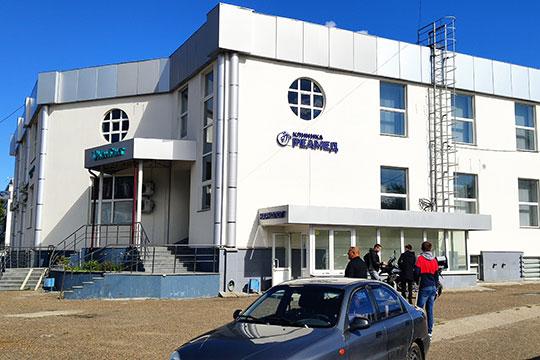 Большую часть офисного здания, которое, по всей видимости и охранял мужчина, занимает клиника «Контакт», а также кабинет врача нарколога клиник «Реамед», компания «Радуга звуков» и оптовой фирмы MilaVitsa