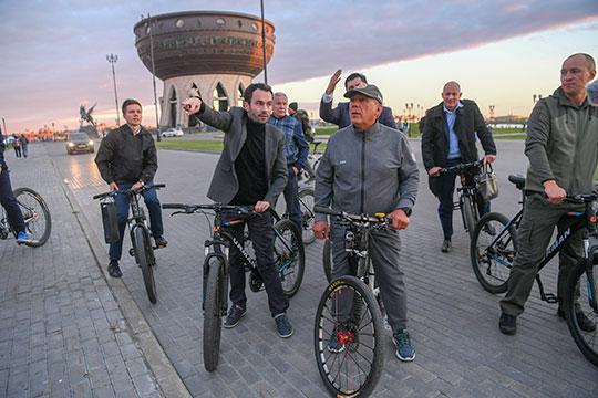 Под конец совещания Минниханов, видимо, решив, что «лучше один раз увидеть», прямо из кабмина РТ отправился с участниками на велопрогулку по предлагаемому разработчиками маршруту