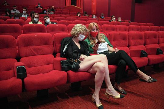 Людей в залах практически нет — сидят по два, по три человека на сеансе. Зритель сейчас напуган — он понимает, что это общественные замкнутые помещения, дополнительные риски