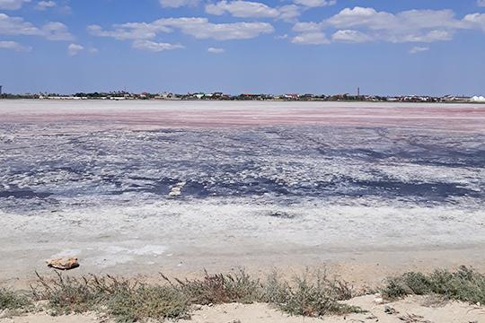 Еще можно посетить безумно красивые озера Крыма. Например, розовое лечебное озеро Ойбурское, оно соленое
