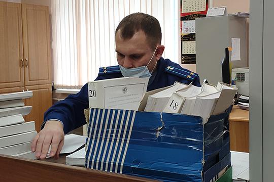 Прокурор Руслан Губаев частично огласил протоколы заседаний кредитного комитета ТФБ в 2013–2015 годах. На них члены комитета рассматривали заявки на кредитование технических, по мнению обвинения, фирм