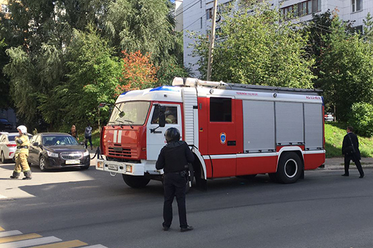 Ровно через час после выхода всех из суда к дверям на всякий случай подъехал пожарный грузовик, а еще через двадцать минут до суда наконец добрались кинологи